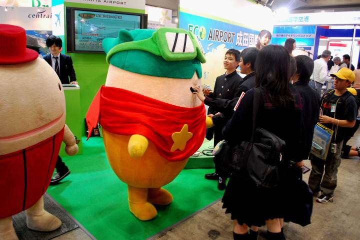 Narita Airport Mascot doing nanpa